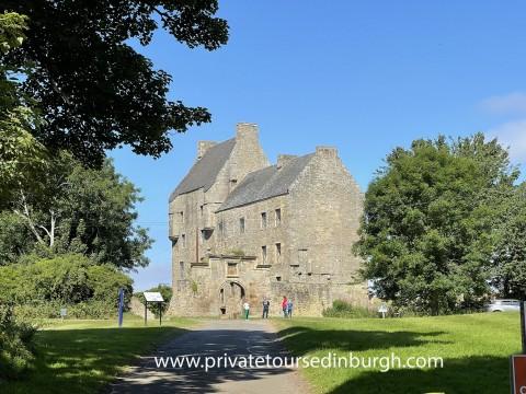 Outlander private tour – Lallybroch , Culross and Drumm...